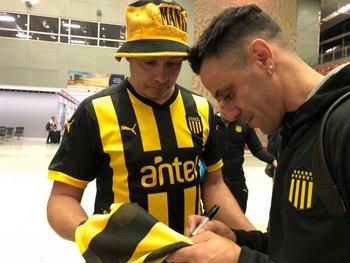 La llegada de Peñarol a Miami donde fue recibido por hinchas