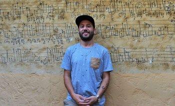 Leandro Quiroga, productor de Medio y Medio, frente a un muro histórico con una composición de Hermeto Pascoal