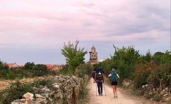 Peregrinos caminan de madrugada a la salida de Astorga