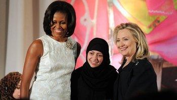Samar Badawi, que aparece en la foto junto a Michelle Obama y Hillary Clinton, es una activista por la igualdad de las mujeres.