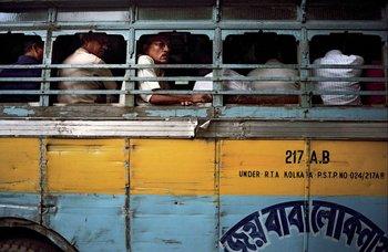 Pasajeros en un autobús en Calcuta, India, 2008.