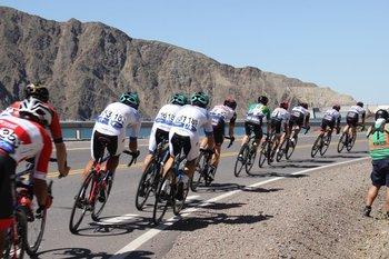 La selección uruguaya, de blanco, en la Vuelta de San Juan