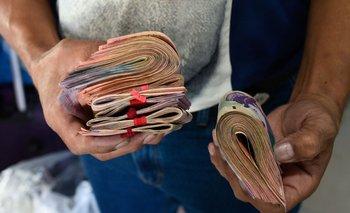 Los bolívares valen tan poco que se juntan de a fajos, pero incluso en cantidad su valor es escaso