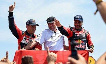 Nasser Al-Attiyah (R) y su copiloto Matthieu Baumel celebran el triunfo