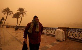 Un hombre camina cerca del Río Nilo el miércoles