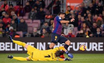 Suárez intenta escapar de Cuéllar, arquero de Leganés