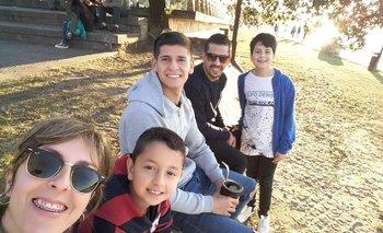 Barceló, con el mate en la mano, en una de las visitas de parte de su familia cuando estaba en Paraná.