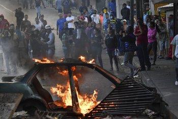 Manifestantes frente al cuartel del Cotiza, en Caracas