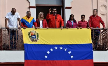 El presidente de Venezuela, Nicolás Maduro, junto a Diosdado Cabello y Delcy Rodríguez en el balcón del Palacio de Miraflores este miércoles