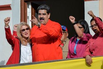 Nicolás Maduro junto a su esposa Cilia Flores en el balcón del Palacio de Miraflores tras denunciar un intento de golpe de Estado