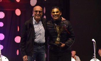 El intendente Daniel Martínez fue quien le entregó el premio a Facundo Balta