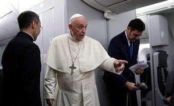 El papa Francisco en el avión en el que partió de Panamá