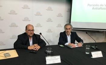 Los doctores Carlos Fuellis y Eduardo Barre durante la conferencia en la sede del MGAP