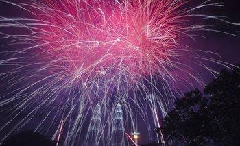 Kuala Lumpur, Malasia, recibió 2020 con coloridos fuegos artificiales sobre el cielo de las Torres Petronas.