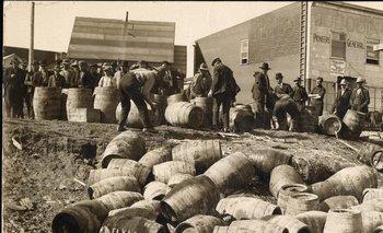 Fuerzas policiales decomisan alcohol ilegal en Elk Lake, Canada, en 1925, destinado a Estados Unidos