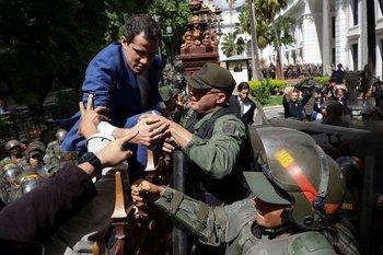 El líder opositor Juan Guaidó quiso entrar al Parlamento, pero fue repelido por fuerzas de seguridad.