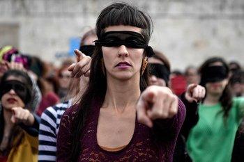 Activistas femeninas realizan la coreografía frente al parlamento griego en la Plaza Syntagma de Atenas el 22 de diciembre de 2019.