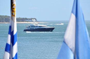 Embarcación con banderas de Uruguay y Argentina en Punta del Este