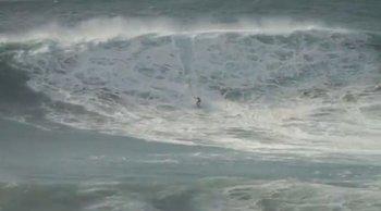 El surfista uruguayo Pepe Gómez en la ola de Nazaré