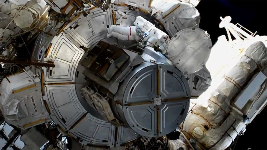 Astronautas viven momentos de tensión durante caminata espacial — EN VIDEO