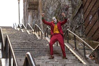 Guasón: Ambientada en la década de 1980, la pieza central del vestuario es el traje del villano, creado por Mark Bridges, dos veces ganador del Oscar y habitual colaborador del director Paul Thomas Anderson.