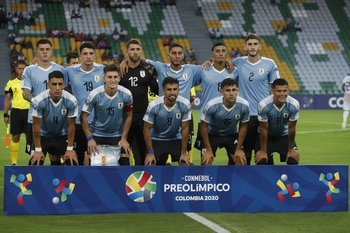 El equipo de Uruguay en el debut: de izquierda a derecha, parados: Ramírez, Piquerez, De Arruabarrena, Cáceres, Benavídez y Bueno; agachados Rodríguez, Waller, Rossi, Acevedo y Araújo.
