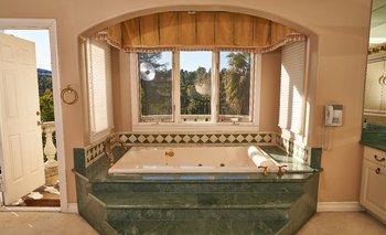 El baño de Hype House en Los Ángeles, el escenario de muchos videos de TikTok, el 27 de diciembre de 2019