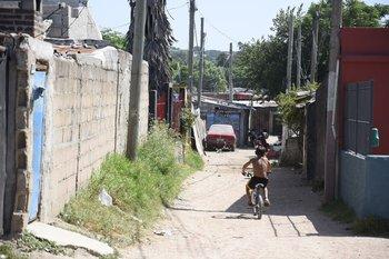 Niño en un asentamiento