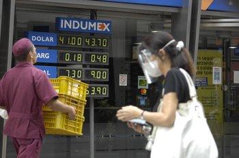 El dólar cerró agosto con una caída de 2,8% respecto a la última operación de julio.