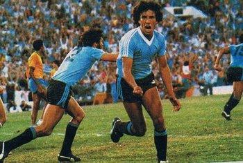 Waldemar Victorino celebra el gol de la victoria en la final contra Brasil; detrás, el Indio Olivera sale festejando