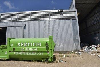 Un contenedor de Pedernal en una planta de clasificación de Montevideo, donde se apilan los residuos que no pueden ser reciclados por su mal estado