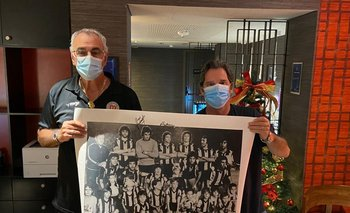 Jorge Fossati firma una foto del equipo de Peñarol 1978