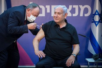 El primer ministro de Israel al recibir su vacuna