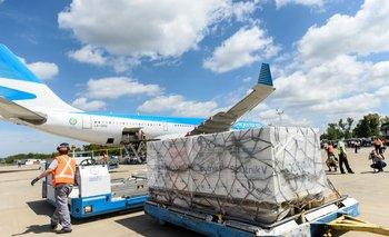 La descarga de los contenedores con la vacuna contra el coronavirus Sputnik V, que llegó desde Rusia en Aerolíneas Argentinas