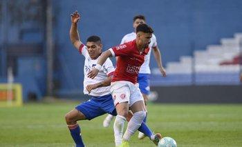 Gonzalo Vega y Brian Ocampo, durante el partido Rentistas-Nacional del Clausura.