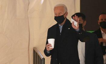 El presidente Joe Biden abandona el teatro Queen en enero de 2021