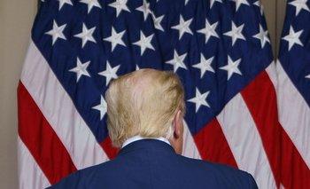 Donald Trump de frente a la bandera de Estados Unidos