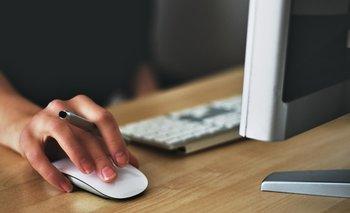 Una mujer usa su computadora para trabajar desde su casa