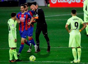 Suárez mira el festejo del gol del arquero Marko Dmitrovic