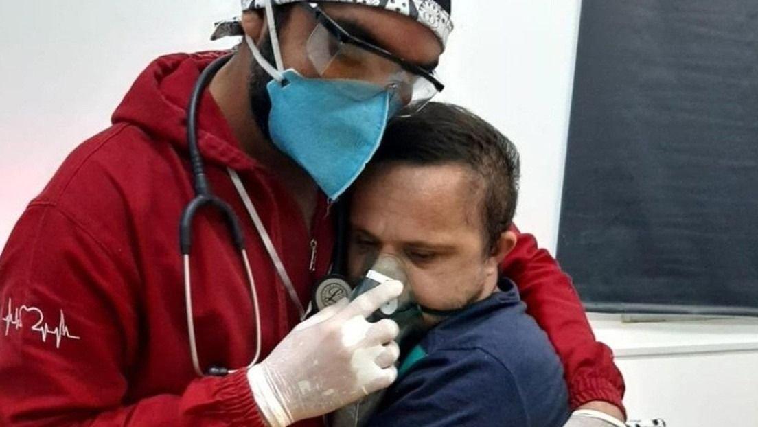 Enfermero brasileño se arriesga a contagiarse de COVID-19 para calmar a un paciente con síndrome de Down