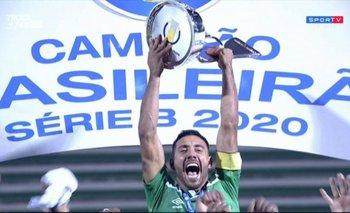 Alan Ruschel levanta el trofeo del campeón de la Serie B de Brasil defendiendo a Chapecoense