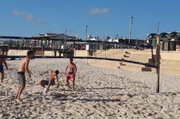 Novak Djokovic jugando con sus amigos al futvoley en la playa en Melbourne, Australia