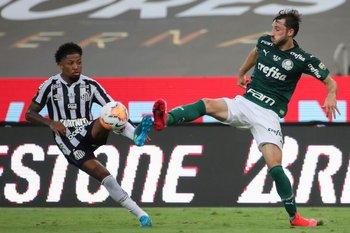 Viña marcando a Marinho, de Santos.