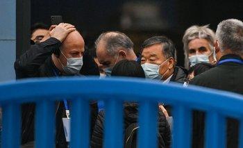 Expertos de OMS que investigan el origen de la pandemia de coronavirus ingresan a mercado de Wuhan