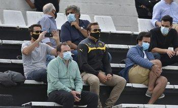 Ignacio Ruglio y otros dirigentes y delegados viendo a Peñarol