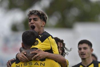 Torres en lo más alto del triunfo de Peñarol