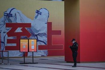 Un guardia espera frente al museo de la lucha contra el Covid en China durante la visita de una delegación de la OMS en Wuhan