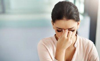 Las mujeres suelen sufrir más dolores de cabeza que los hombres por cambios en sus niveles hormonales, generalmente relacionados con el ciclo menstrual.