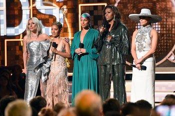 Lady Gaga, Jada Pinkett Smith, Alicia Keys, Michelle Obama y Jennifer Lopez sobre el escenario