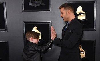 Matteo Martin choca los cinco con su padre, Ricky Martin, al llegar este domingo a la ceremonia de entrega de premios Grammy